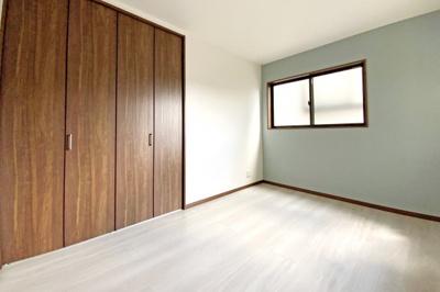 《洋室6帖》全室6帖以上あるゆったりとした間取り。収納スペースも豊富で荷物がスッキリ片付きます。お部屋が広く使えますね。