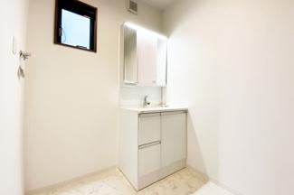 洗面化粧台は収納がたっぷり!三面鏡の裏側にも収納があるので小物がスッキリと片づけられます。