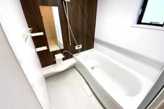 浴室暖房乾燥機があると乾かなかった洗濯物もその日のうちに乾かせます。寒い季節でも暖房で暖かくしてから。