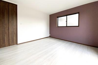 《洋室8帖》全室にアクセントクロスが施されており、お洒落な室内になっています。