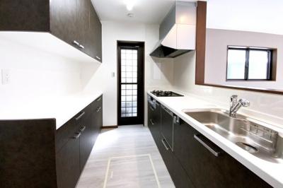 キッチンスペースにはカップボードがあり収納が豊富で助かります♪勝手口もあり使い勝手のよいキッチンで毎日の家事が楽しく出来ますね。