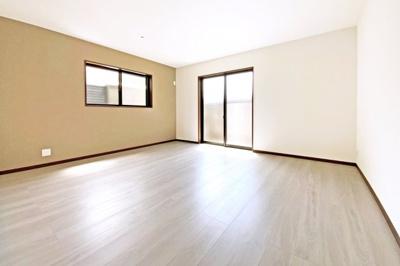 食器洗浄乾燥機・浄水器・浴室暖房乾燥機・シャワー付洗面化粧台・複層ガラスなど暮らしに嬉しい設備が充実しています!全居室2面採光で陽当り・通風良好。リビングは南向きで明るい室内で快適です。