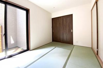 和室があると床にそのまま寝転んだり出来て癒されますね。中庭が見えて風情のあるお部屋です。
