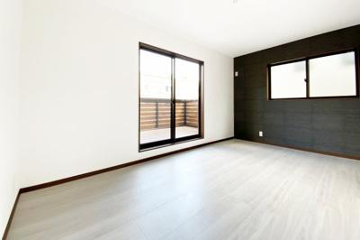 《洋室8.5帖》2階の居室は3部屋あります。こちらは8.5帖もあり2面採光で明るく、風通しも良好です。