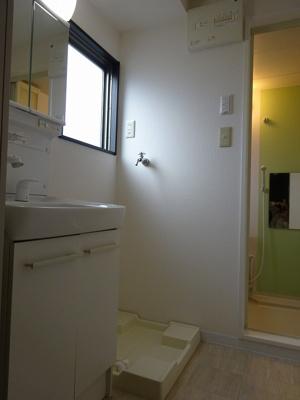 窓があり明るい洗面所です