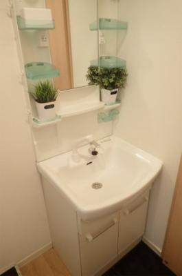 追い焚き機能・浴室暖房乾燥機付きバスルーム♪家族の入浴時間がずれても温められるから節約になります♪雨の日のお洗濯にも便利な物干しバー完備です!