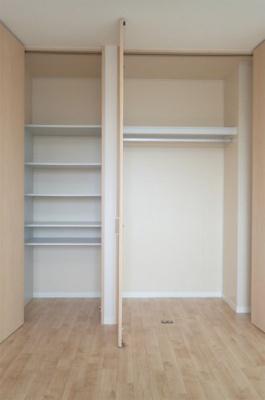 洋室6.5帖のお部屋にある収納スペース(左側)とクローゼット(右側)です♪クローゼットはお気に入りのお洋服もすっきり収納できます♪