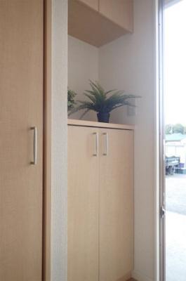 玄関には上下タイプのシューズボックス付き!間のスペースは飾り棚として活用できます♪横には収納スペースがあり、シューズボックスに入りきらないブーツなどの収納に便利です♪