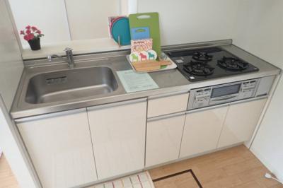 女性に人気のカウンターキッチンです!場所を取るお鍋やお皿もたっぷり収納できてお料理がはかどります!