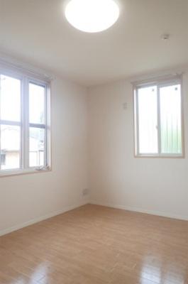 玄関側にある角部屋二面採光洋室6.6帖のお部屋です♪フローリング風のクッションフロアでお部屋が明るくお洒落に♪