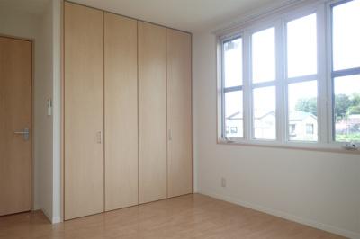 クローゼットのある洋室6.6帖のお部屋です!お洋服の多い方もお部屋が片付いて快適に過ごせますね♪
