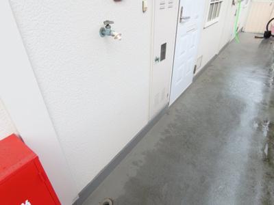 洗濯機置場は玄関外になります