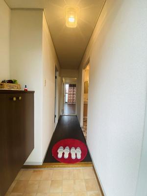 玄関から室内への景観です!右手に洗面所、左手に洋室6帖のお部屋があります★