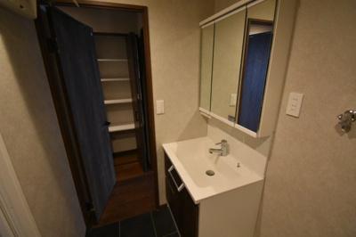 収納がある独立洗面台です。