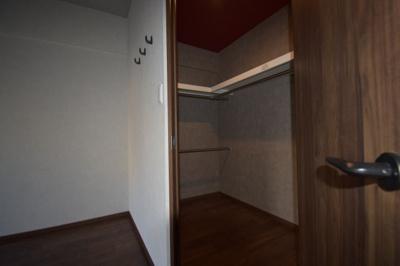 ウォークインクローゼットがございましてとても便利なお部屋です。