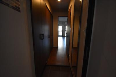 玄関広めで収納が多く素敵な内装です。