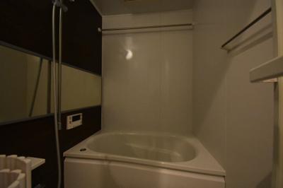 余裕の大きさがあるお風呂です。追い炊き 浴室乾燥ついてます。