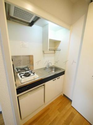 お料理楽々システムキッチン・ガスコンロ1口・ミニ冷蔵庫付きです。