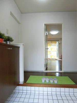 玄関から室内への景観です!正面にリビングダイニングキッチンがあります★