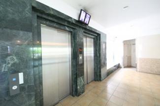 エレベーターは2基あります、防犯カメラも設置されて安心です