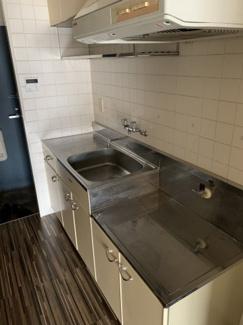 流しの上に金属の棚がありお皿などが置け、ガスコンロの右側に冷蔵庫を置く形に なります。