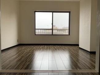 一番奥のお部屋です。寝室のお部屋になるかと思います。東側に窓有り。
