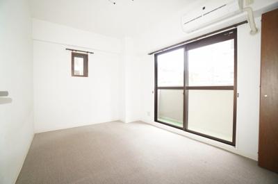 【洋室6帖】 エアコンを装備! サブバルコニーもあり、 明るい室内になっております。