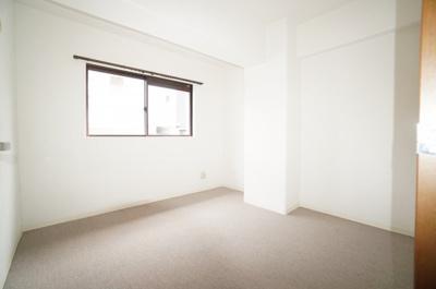 【洋室5.6帖】 居室にはクローゼットを完備し、 自由度の高い家具の配置が叶うシンプルな空間です。 お子様の成長と必要になる子供部屋にするには ぴったりの間取りですね。