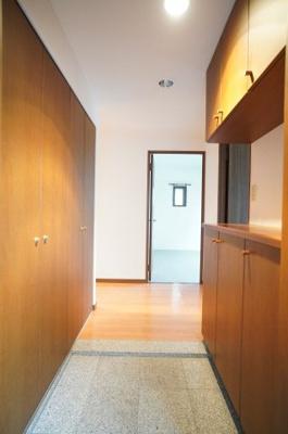 【設置場所と奥行がポイント!】 玄関左のクローゼット収納は奥行きもあり、 シンプルな見た目で纏まり感がございます。 荷重耐性の高い枕棚がありますので 大型の家具や家電をしっかりと収納できます。