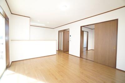 写真でこの部屋の良さがよく伝わればよいのですが、日当たりの良さはもちろん、風通しがよく、快適に過ごせそうです。