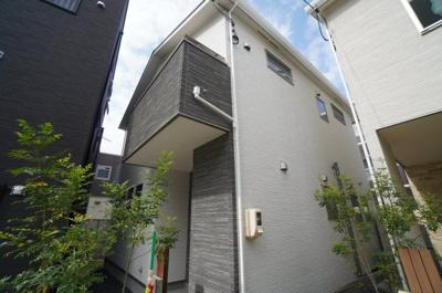 【やさしい風合いのモダンな家】 天然石さながらのやさしい風合いが漂う デザインの外壁材をアクセントに 重厚感のあるモダンな外観。