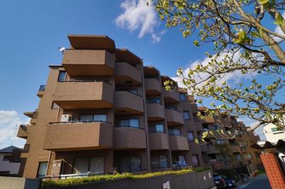 築年数を感じさせない、重厚感のある建物。青空も植栽も似合う建物は、アクセントタイルを施し、上品な雰囲気
