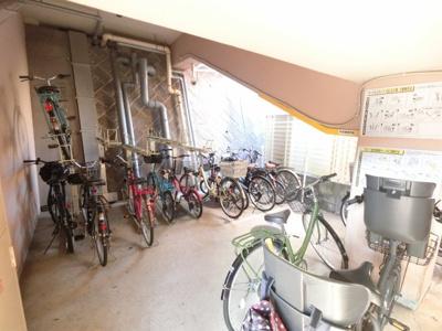 自転車置き場です。 屋内に置けるので雨が降っても安心です。