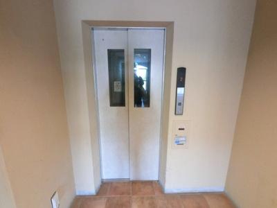 エレベータ付きのマンションです。 お買い物やベビーカーの出し入れに便利です。