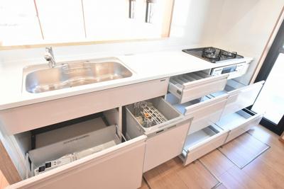 中までホーローの便利なキッチン引き出し収納。たくさん仕舞えて、汚れや湿気にも強くお手入れもしやすいですね♪