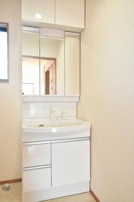 タカラの洗面化粧台、高品位ホーローボウルで汚れもつきにくい仕様です。下の引き出し収納、収納付三面鏡やアッパーキャビネットもあるので収納もOK!