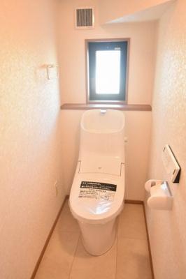 LIXILの壁リモコン付シャワートイレ、フチレスタイプの便器でお手入れもしやすくなっています。