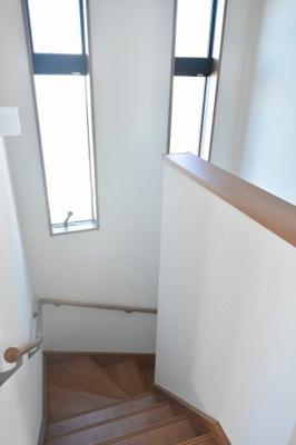 階段も大きな窓で明るく風通しも良好です♪