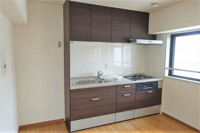 室内リフォーム済。木目調のシックなキッチン。 窓が多く明るいLDKには床暖房が付いています。
