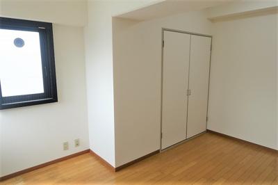西側の洋室約6.5帖は主寝室としていかがでしょうか。