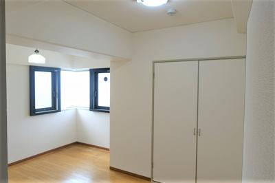 西側の洋室約6.5帖 収納があります。