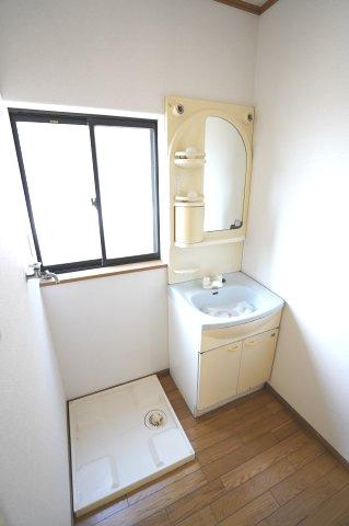洗面脱衣所 窓があるので換気もできます。カビ予防対策は大事です。