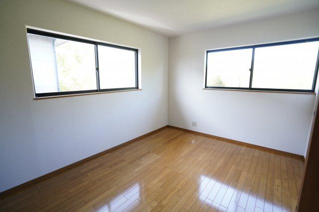 6帖 窓が2面あるので採光・通風のよいお部屋です。