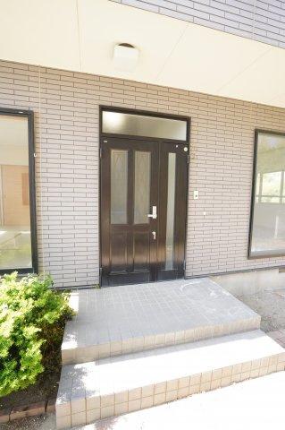 ガラス部分から光が取り込める玄関ドアです。