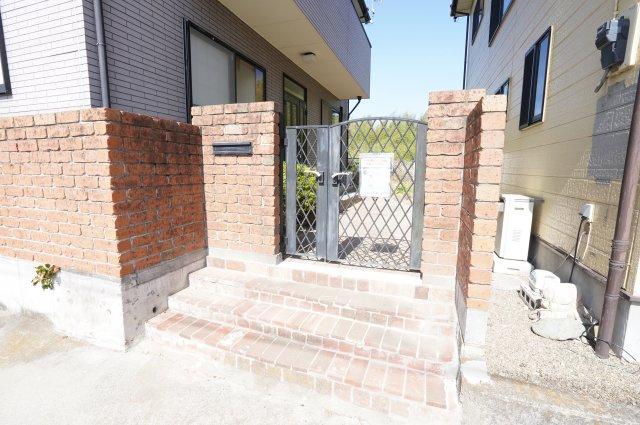 レンガの門扉で来客を迎えます。本日、建物内覧できます。住ムパルまでお電話下さい!