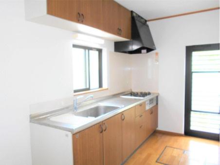 壁付けキッチンはスペースをほぼ無駄なく広く活用できます。