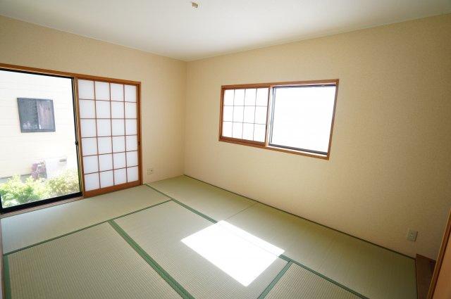 6帖 南向きの和室です。一日を通して日当たりが良いため、部屋が明るいです。