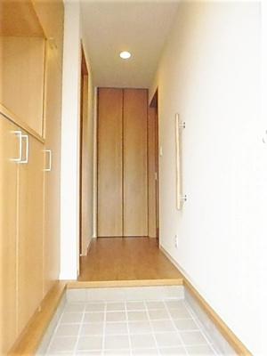 玄関から室内への景観です!右手にリビングダイニングキッチン、左手にトイレがあります★