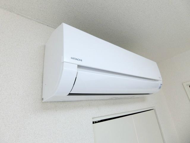 室内に取り込む光の量を調節しやすいロールカーテン付き☆使わない時はすっきり仕舞えて便利です♪