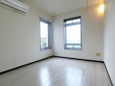 玄関から見て正面、バルコニーに繋がる南西向き角部屋二面採光洋室4.5帖のお部屋です♪エアコン付きで1年中快適に過ごせますね☆